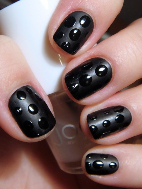 Hrisskas-style-black-dots-nails