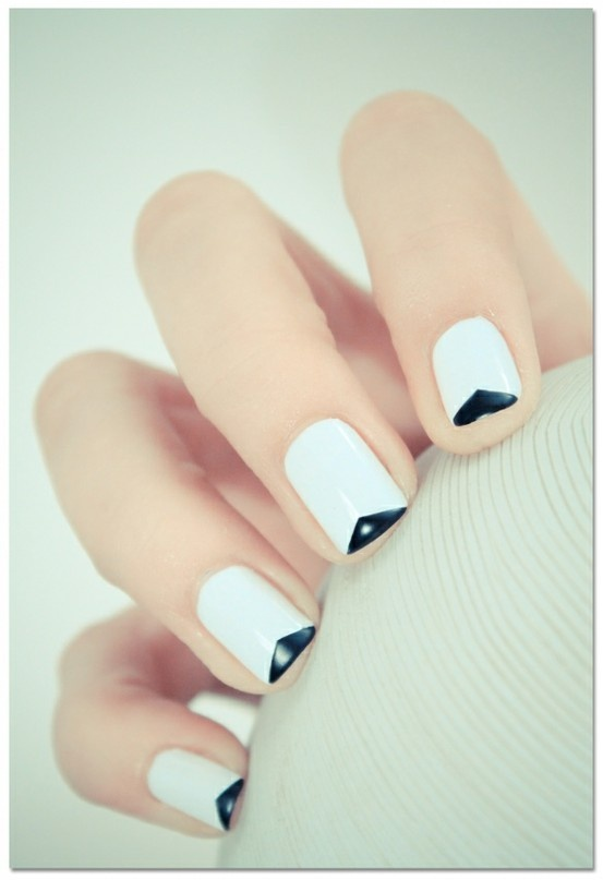 Hrisskas-style-nails-in-white-and-black