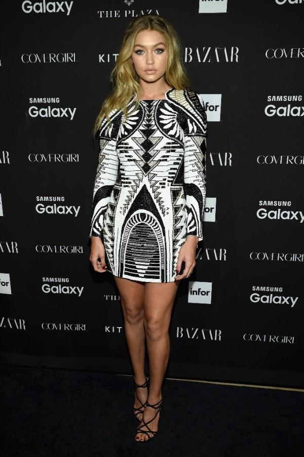 Gigi Hadid в рокля от колекцията Balmain X H&M