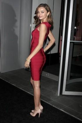 Стилна комбинация с червена рокля и телесен цвят обувки